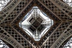 La torre Eiffel centró la mirada hacia arriba del nivel del suelo imagenes de archivo