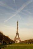 La torre Eiffel con las estelas de vapor en el cielo imagen de archivo