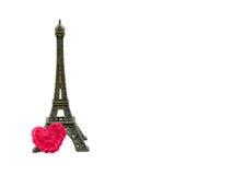 La torre Eiffel con lavora all'uncinetto il cuore isolato fotografia stock libera da diritti