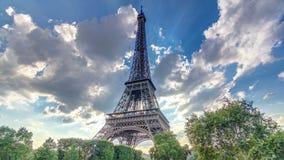 La torre Eiffel con los rayos de la luz calientes en nubes durante hyperlapse del timelapse de la puesta del sol metrajes