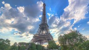 La torre Eiffel con los rayos de la luz calientes en nubes durante hyperlapse del timelapse de la puesta del sol almacen de video