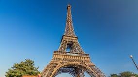La torre Eiffel con la luz caliente durante hyperlapse del timelapse de la puesta del sol almacen de metraje de vídeo