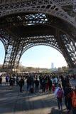 La torre Eiffel de debajo ella Imagenes de archivo