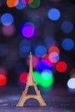 La torre Eiffel de madera con la guirnalda se enciende en backgr colorido del bokeh Imagen de archivo