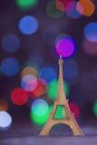 La torre Eiffel de madera del vintage con la guirnalda se enciende en boke colorido Imagen de archivo