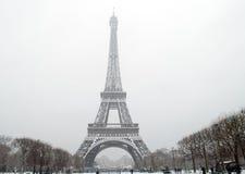 La torre Eiffel debajo de la nieve que cae Imagen de archivo