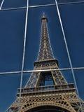 La torre Eiffel detrás de la rejilla del metal imágenes de archivo libres de regalías