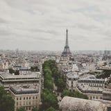 La torre Eiffel e Parigi dall'arco di Triumph Immagini Stock