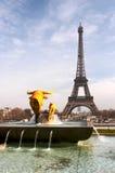 La Torre Eiffel e una fontana Fotografie Stock Libere da Diritti