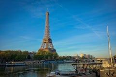 La torre Eiffel en el medio de París, Francia Fotos de archivo libres de regalías