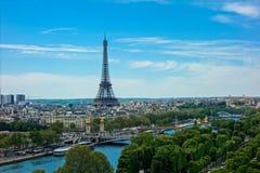La torre Eiffel en el medio de París, Francia Foto de archivo libre de regalías