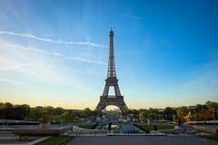 La torre Eiffel en el medio de París, Francia Imagen de archivo libre de regalías