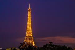 La torre Eiffel en la noche Imágenes de archivo libres de regalías