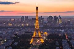 La torre Eiffel en la noche en París, Francia fotos de archivo