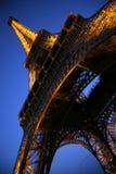 La torre Eiffel en la oscuridad Imagenes de archivo