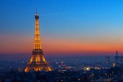 La torre Eiffel en la puesta del sol en París, Francia Foto de archivo