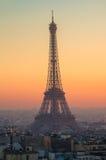 La torre Eiffel en la puesta del sol en París, Francia Fotografía de archivo libre de regalías