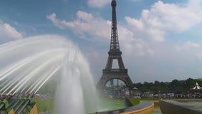 La torre Eiffel en París almacen de video
