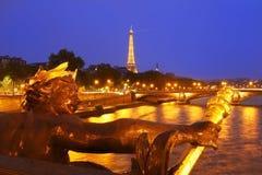 La torre Eiffel en París en la noche fotos de archivo