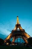 La torre Eiffel en París en la puesta del sol Imagen de archivo