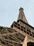 La torre Eiffel en París por la tarde Fotos de archivo
