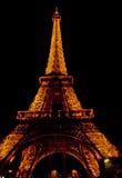 La torre Eiffel en París por noche Foto de archivo libre de regalías