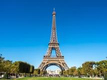La torre Eiffel es señal en París Imagenes de archivo