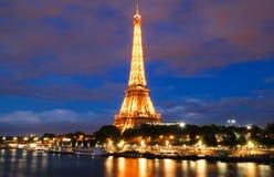 La torre Eiffel famosa en la oscuridad, París, Francia Foto de archivo libre de regalías