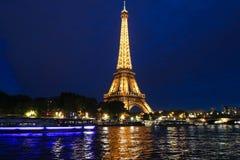 La torre Eiffel famosa en la oscuridad, París, Francia Fotos de archivo libres de regalías
