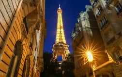 La torre Eiffel famosa en la oscuridad, París, Francia Imágenes de archivo libres de regalías