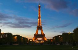 La torre Eiffel famosa en la oscuridad, París, Francia Foto de archivo