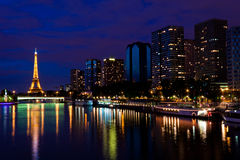 La Torre Eiffel nella notte Immagini Stock