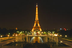 La torre Eiffel, París, Francia se encendió para arriba en la noche Imagen de archivo