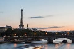 La torre Eiffel para el día de Bastille en París - el viaje Eiffel à Parísdel La vierte le 14 Juillet àParís Fotografía de archivo libre de regalías