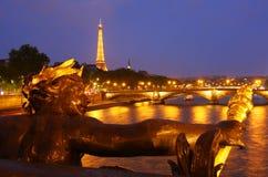 La Torre Eiffel a Parigi alla notte Immagini Stock Libere da Diritti