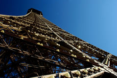 La torre Eiffel a Parigi da un angolo basso Immagini Stock Libere da Diritti