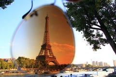 La torre Eiffel a Parigi tramite gli occhiali da sole Fotografia Stock Libera da Diritti
