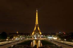 La torre Eiffel por noche Imagenes de archivo
