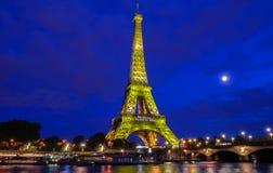 La torre Eiffel se encendió hasta para celebrar 300 al millonésimo visitante que se abría desde 1889, París, Francia Imagenes de archivo