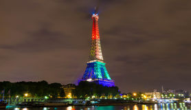La torre Eiffel se encendió para arriba con los colores del arco iris, París, Francia Imagen de archivo
