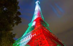 La torre Eiffel si è accesa a colori della bandiera dell'Italia alla notte, Pari Immagine Stock