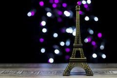 La torre Eiffel tiró en estudio con las luces del bokeh en backgound Fotografía de archivo