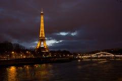 La torre Eiffel - visión desde el d'Alma de Pont imagen de archivo libre de regalías