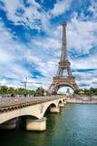 La torre Eiffel y el crossinf del puente el río el Sena en París Imagen de archivo libre de regalías