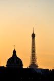 La torre Eiffel y el instituto francés en la puesta del sol Foto de archivo libre de regalías