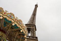 La torre Eiffel y se casa va alrededor Imagen de archivo