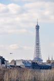 La torre Eiffel y un heliocpter militar Imagen de archivo libre de regalías