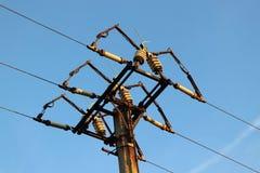 La torre eléctrica vieja con el cielo azul hermoso Fotografía de archivo