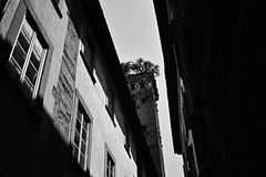 La torre en blanco y negro fotos de archivo