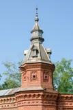 La torre en la pared roja que extiende de al por menor tienda alrededor jardín de Pafnutevskom en la trinidad-s Imágenes de archivo libres de regalías